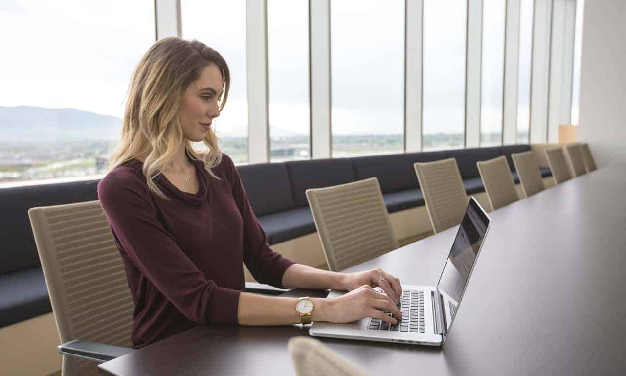 photo of a business woman on the computer representing a 30 minute online therapy video call with Synergy eTherapy